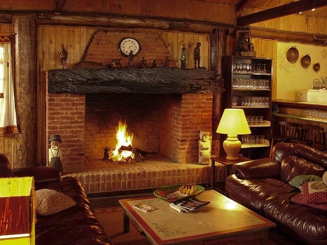 Mysig eldstad i ett mysigt rustikt vardagsrum.